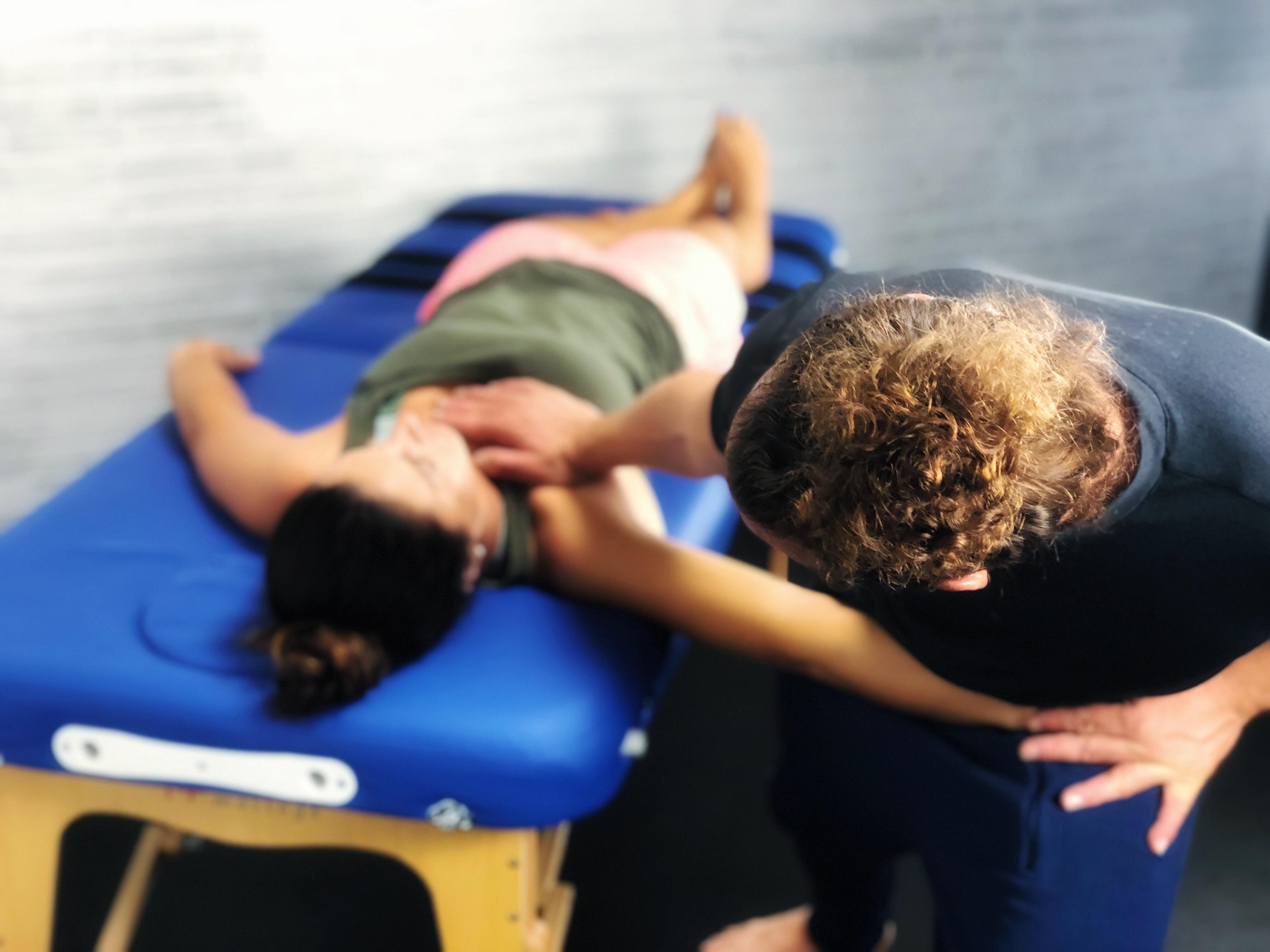 Patientin auf Behandlungsliege bei einer stretchme Session